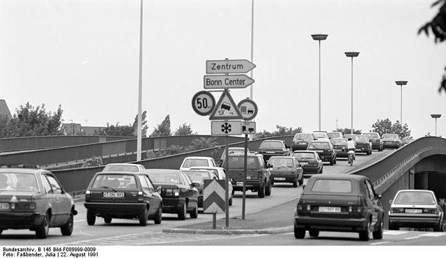 640px-Bundesarchiv_B_145_Bild-F088999-0009,_Bonn,_Stadtverkehr_auf_der_Reuterbrücke